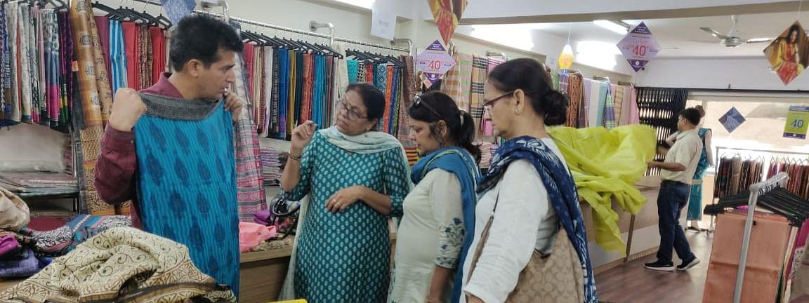 छग के बुनकरों ने लगाई हैंडलूम उत्पादों की प्रदर्शनी