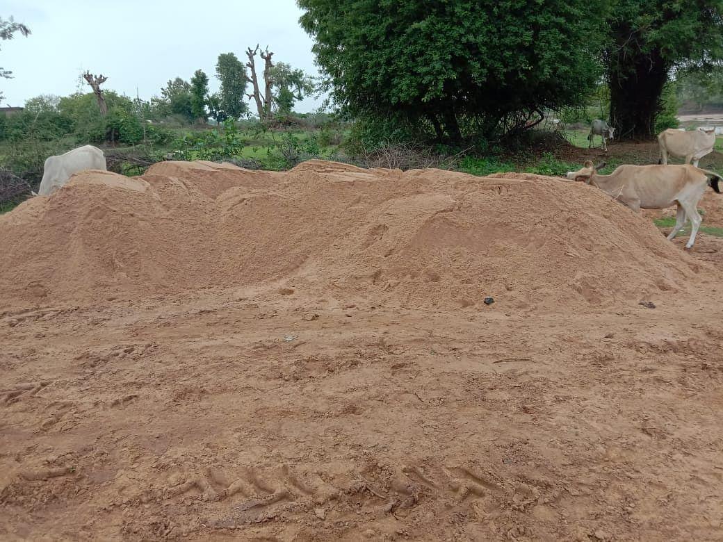 रेत माफिया, पर्यावरण व खनिज नियमों की धज्जियां उड़ाते हुए