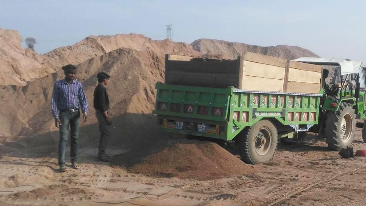 टीकमगढ़: रेत माफिया द्वारा ट्रैक्टर से सप्लाई की जा रही अवैध रेत