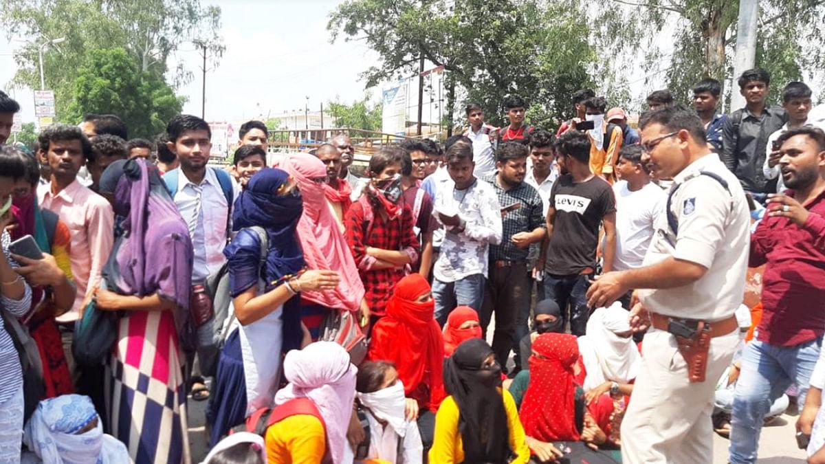 प्रवेश को लेकर कॉलेजों में विद्यार्थियों का हंगामा