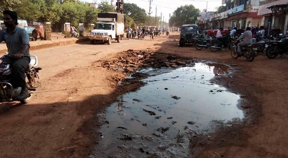 शिवपुरी नगर समेत तहसील क्षेत्रों का बुरा हाल, बिखर रही हैं सड़कें