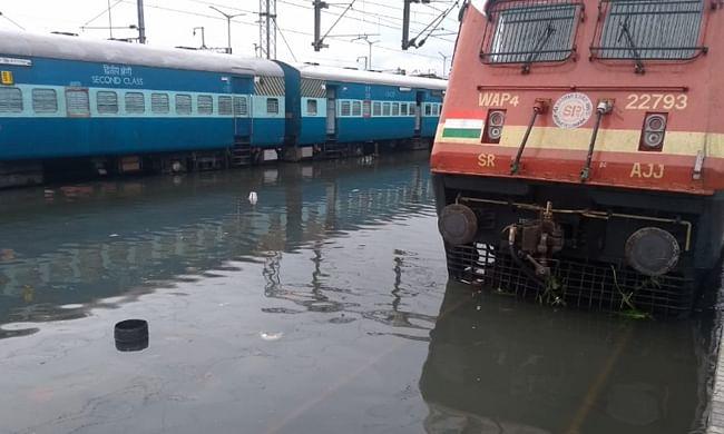 कोच्चिः भारी बारिश के चलते शहर हुआ जलमग्न, रेलमार्ग प्रभावित