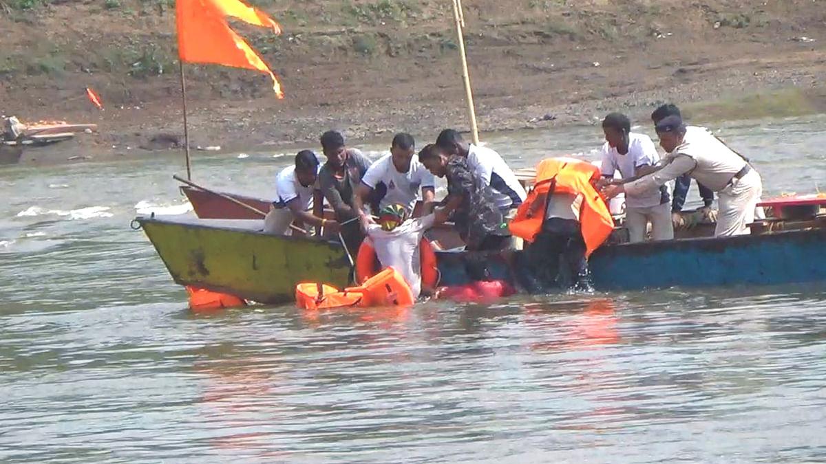 दुर्गा विसर्जन के दौरान नदी में गिरे 2 युवक