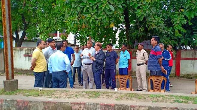 आयुक्त अधिकारियों के साथ चाय पर की चर्चा
