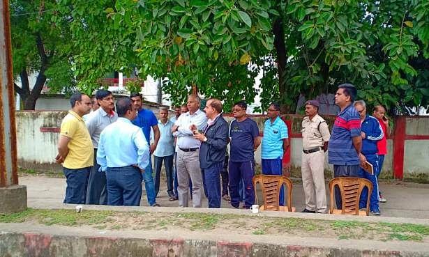 नगर भ्रमण पर निकले आयुक्त अधिकारियों के साथ चाय पर की चर्चा