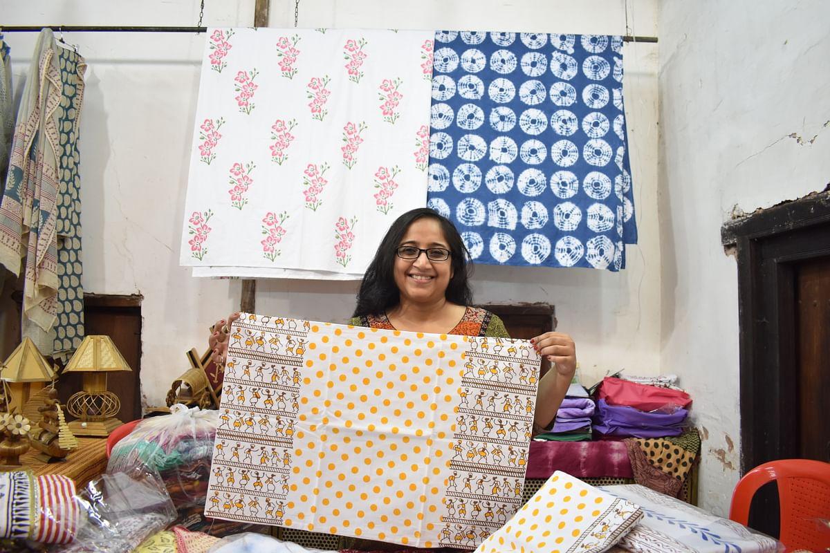 ब्लॉक प्रिंटिंग से बनी चादरें और तकिए के कवर। कलाकार- सिमरन जी
