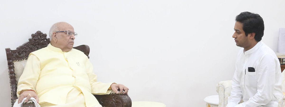 राज्यपाल श्री लाल जी टंडन के साथ महापौर चुनाव पर चर्चा करते हुए नगरीय विकास और आवास मंत्री जयवर्धन सिंह।