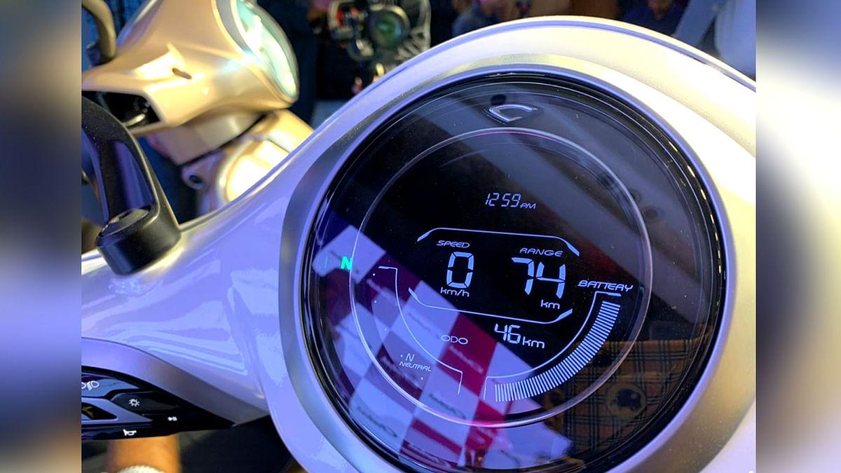 स्कूटर का इंस्ट्रूमेंट क्लस्टर स्पीड, बैटरी लेवल, राइडिंग मोड, टाइम, रेंज आदि दिखाएगा।