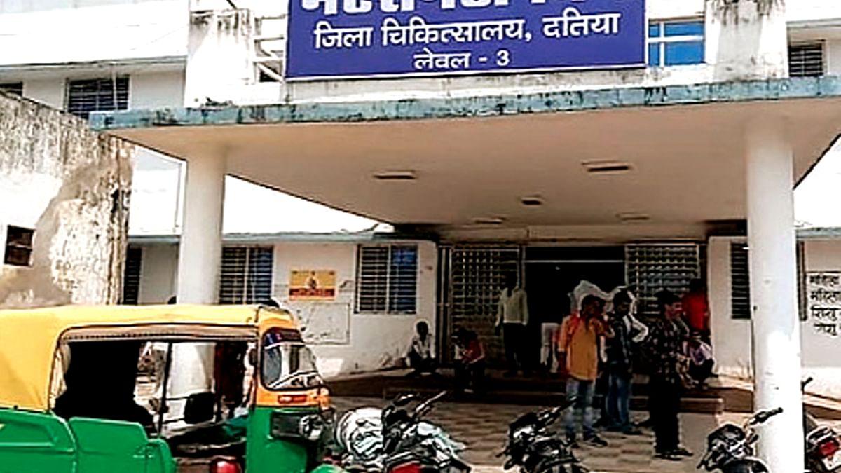 दतिया में अस्पताल की चौखट पर प्रसव, नवजात की मौत