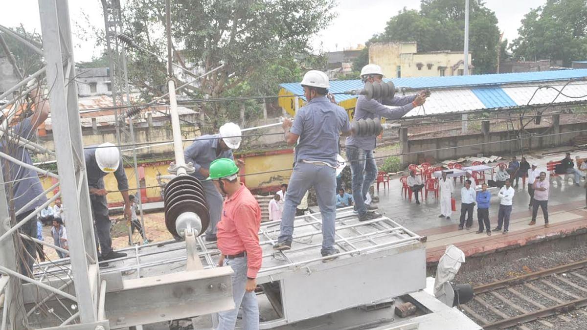 बुरहानपुर: रेलवे स्टेशन पर हुआ नए फुट ओवर ब्रिज का काम