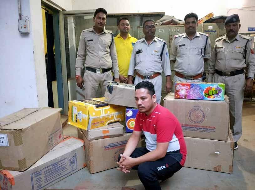 शिवपुरीः अवैध आतिशबाजी के साथ आरोपी गिरफ्तार