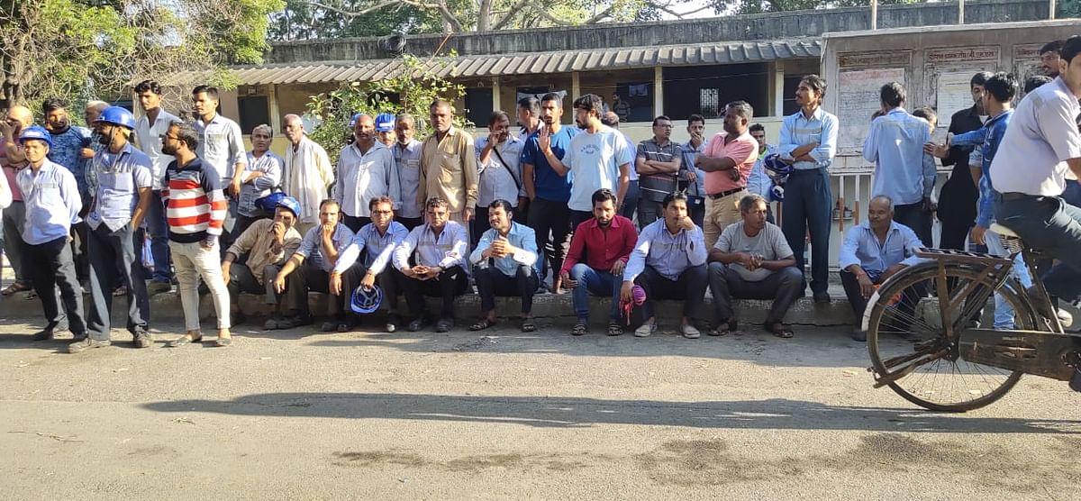नागदाः श्रमिक को मारने के आदेश के विरोध में श्रमिकों ने की हड़ताल