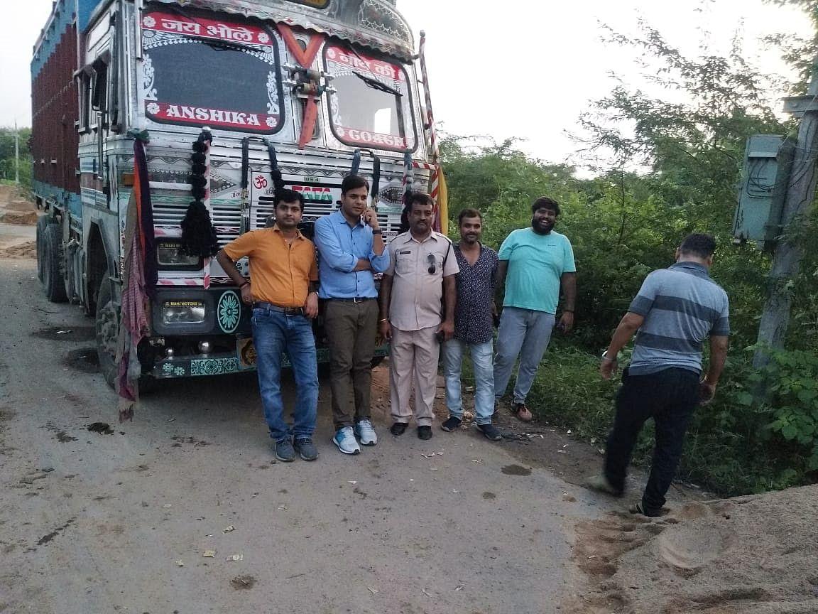 छतरपुर: रास्ते में रेत से भरा ट्रक फंसने से लगा जाम-28 ट्रक हुए जप्त