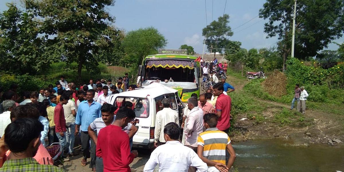 हाटपीपल्या के टप्पा मार्ग पर वैन और बस की भिड़ंत