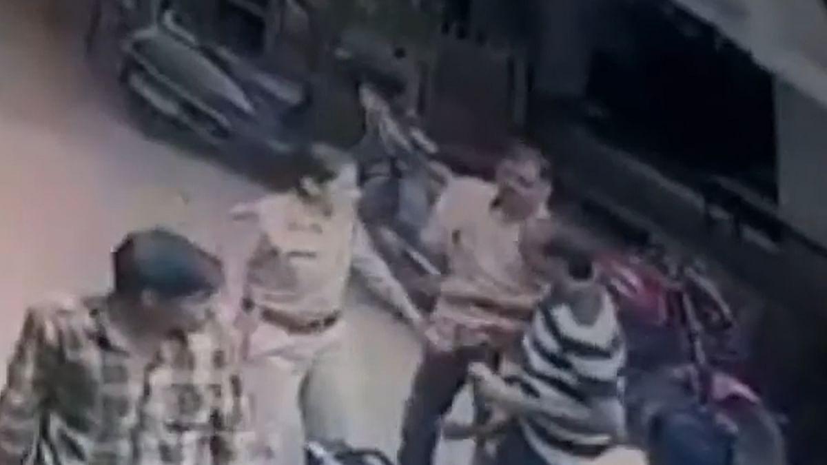 महिला SI की दबंगई! सरेआम व्यापारी को जड़ा थप्पड़