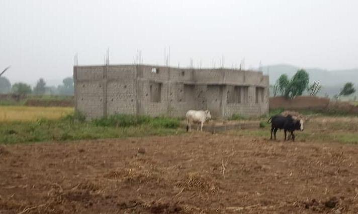 वर्षों से शासकीय विद्यालय भवन को तरस रहे बच्चे
