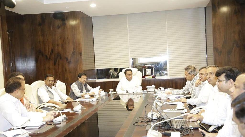 मुख्यमंत्री कमलनाथ सड़क सुधार कार्यों की समीक्षा बैठक करते हुए