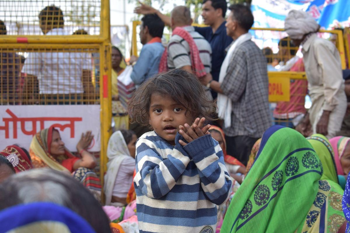 विरोध प्रदर्शन में ये छोटा बच्चा भी शामिल हुआ।