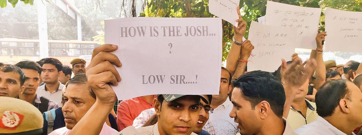 दिल्ली में हुए विरोध प्रदर्शन के दौरान पुलिसबल