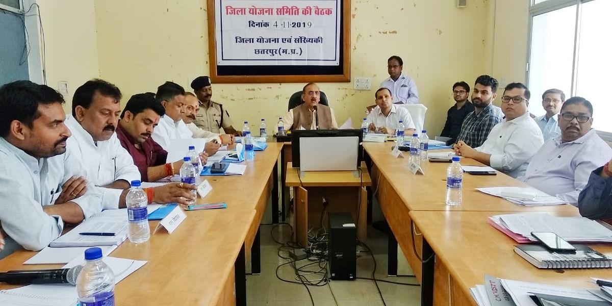 छतरपुर: जियोस की बैठक में रेत और अस्पताल के मुद्दे पर हुआ हंगामा