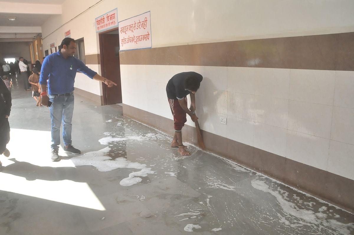 बुरहानपुर: जिला अस्पताल की गंदगी दूर करने में जुटे कर्मचारी