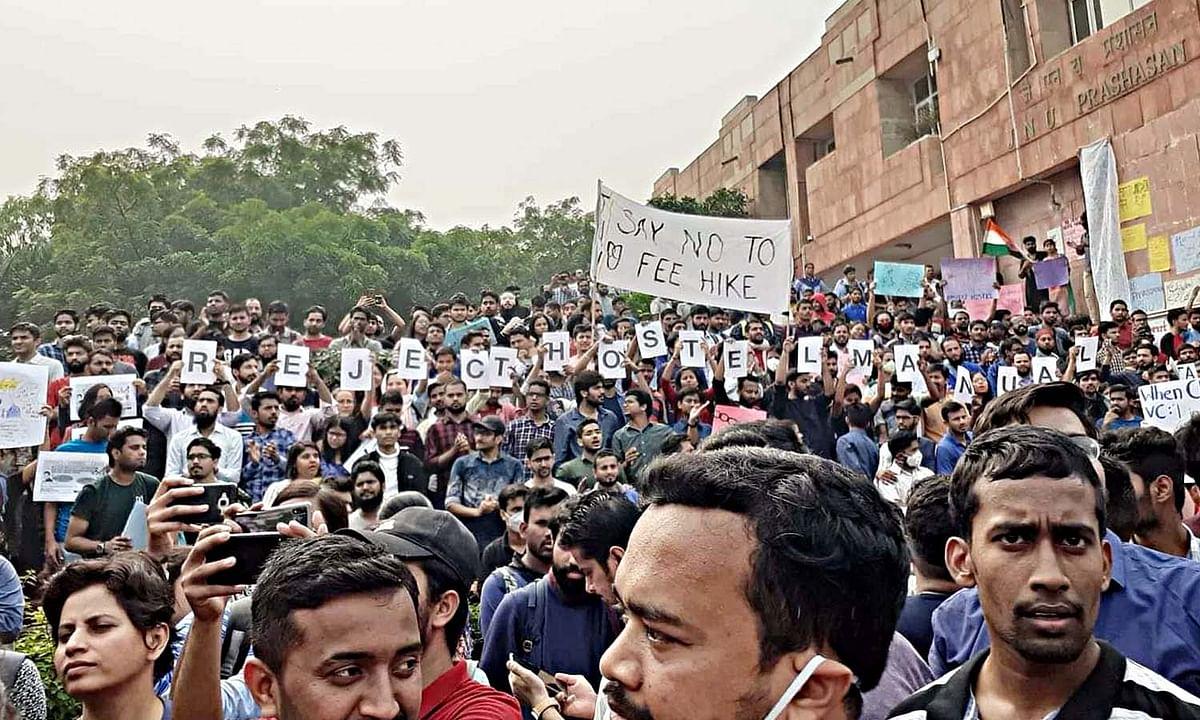 जेएनयू कैंपस में छात्र-छात्राओं का जोरदार विरोध-प्रदर्शन