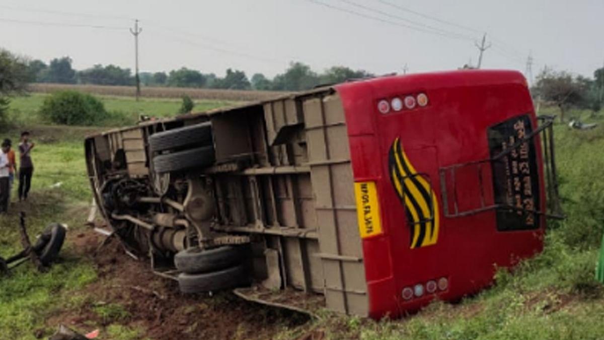 खंडवा: अनियंत्रित होकर पलटी बस, कई यात्री घायल