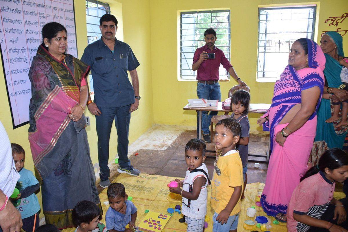 महिला-बाल विकास मंत्री इमरती देवी आंगनबाड़ी केंद्रों का निरीक्षण करते हुए।