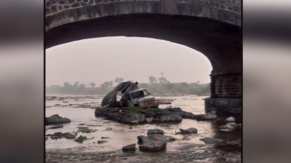 पुल से नदी में गिरा वाहन