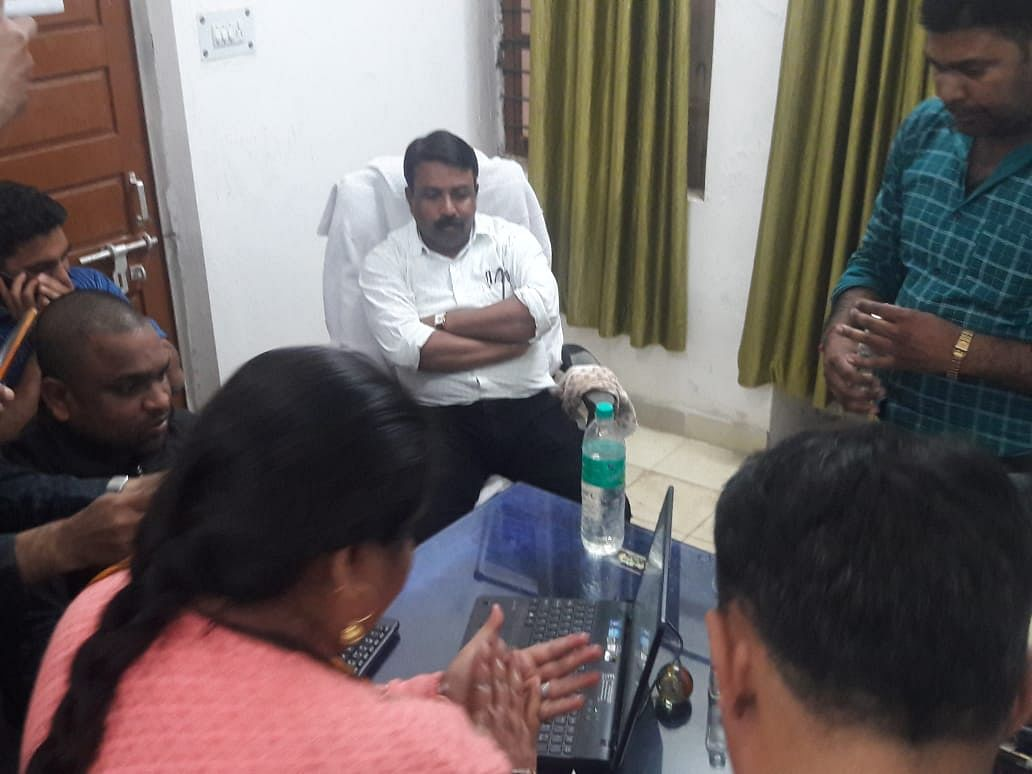 लोकायुक्त की कार्यवाही-DEO ट्राइबल रिश्वत लेते रंगे हाथों गिरफ्तार