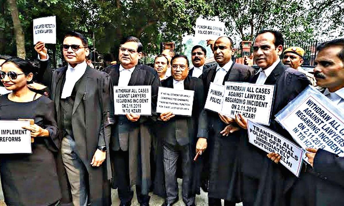 दिल्ली में वकीलों का धरना-प्रदर्शन व नारेबाजी, अदालत का कामकाज ठप