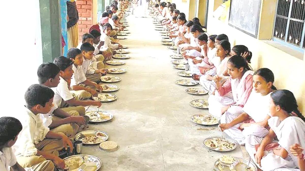 म.प्र. स्थापना दिवस के मौके पर स्कूली बच्चों को परोसा दूषित खाना