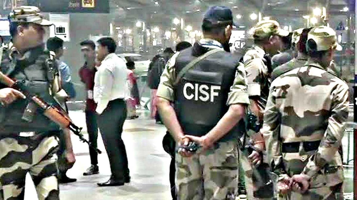 दिल्ली एयरपोर्ट पर अफरा-तफरी, आखिर क्या है इस संदिग्ध बैग में?