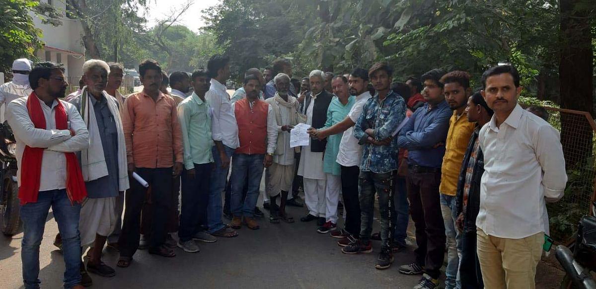 मुआवजा वितरण में भारी विसंगतियों के खिलाफ किसानों ने किया प्रदर्शन