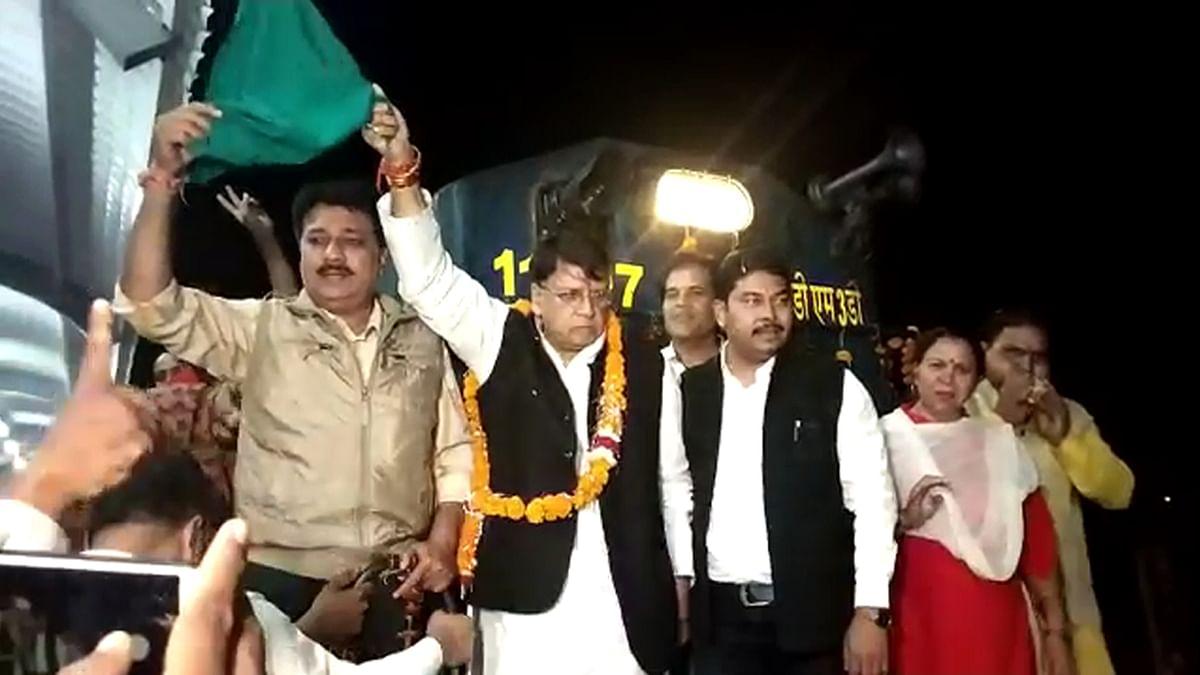 कैबिनेट मंत्री ने स्पेशल ट्रेन को हरी झंडी दिखाकर किया रवाना