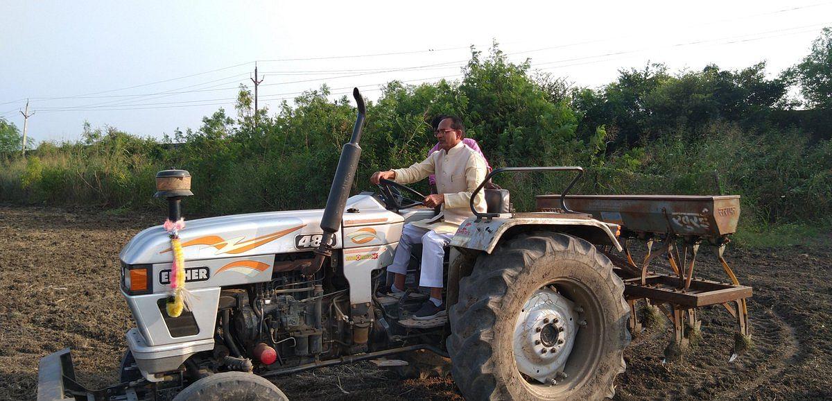 अपने खेत में ट्रैक्टर चलाते नजर आए पूर्व मुख्यमंत्री शिवराज