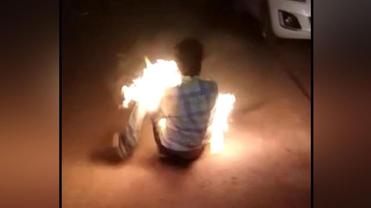 शिवपुरी: दोस्त के उकसाने पर थाने के सामने किया आत्मदाह