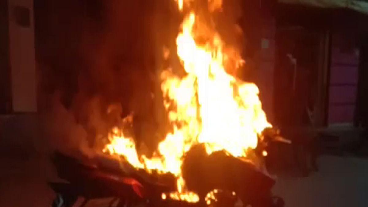 अज्ञात बदमाशों ने बाइक में लगाई आग