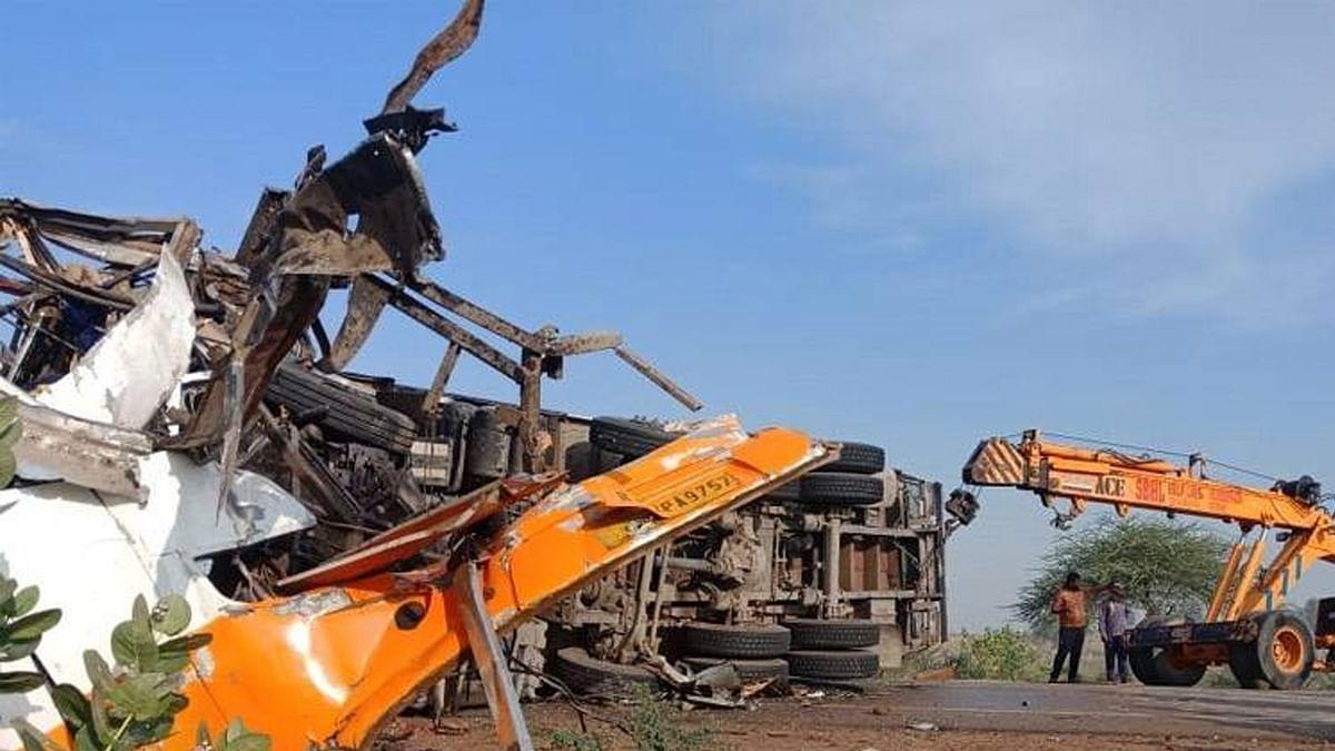 नेशनल हाइवे-11 पर भीषण हादसा, टक्कर के बाद वाहनों में लगी आग