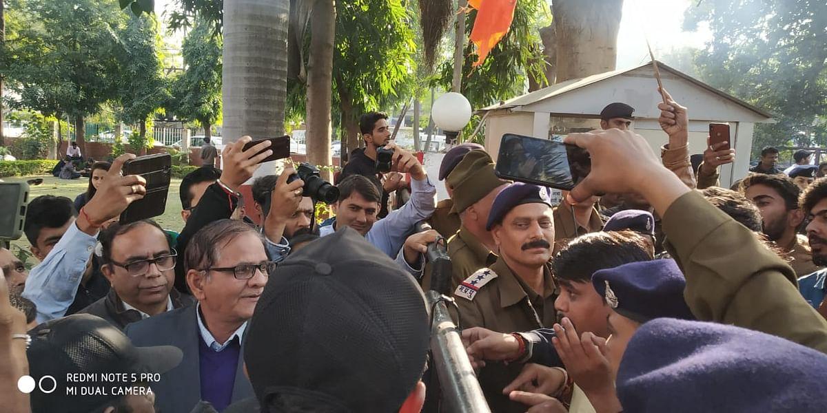 ABVP कार्यकर्ता द्वारा विश्वविद्यालय के गेट के सामने धरना देकर विरोध जतया गया।