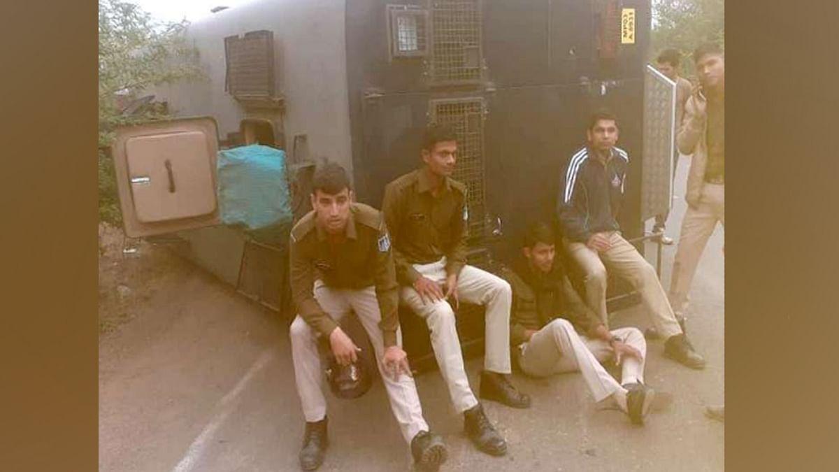 पुलिस का वज्र वाहन दुर्घटनाग्रस्त, हादसे में कई जख्मी