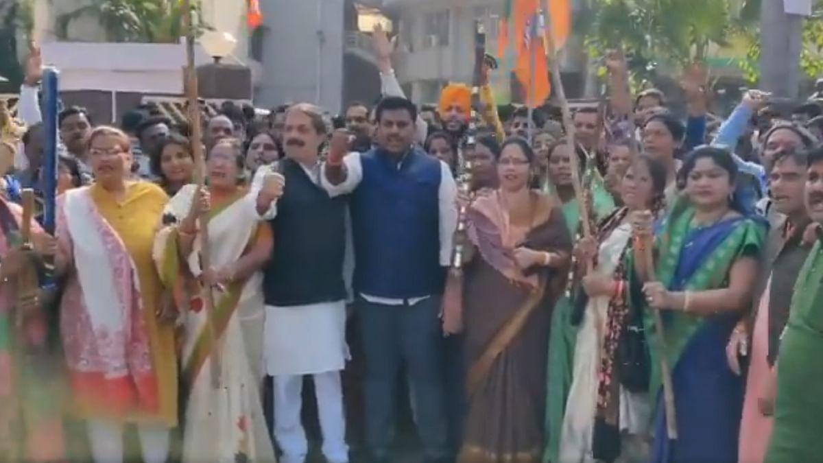 भाजपा प्रदेश कार्यालय के बाहर डंडे लेकर खड़े हुए भाजपाई