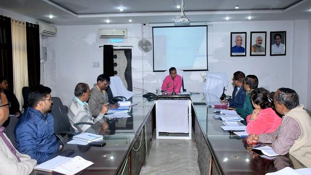 कलेक्टर की अध्यक्षता में समीक्षा बैठक आयोजित