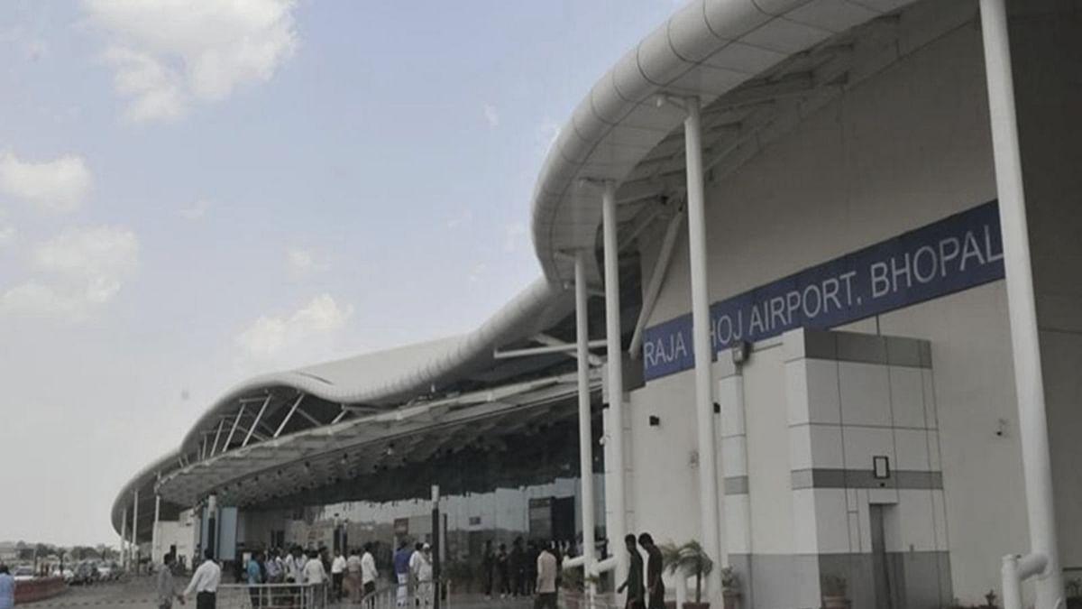 एयरपोर्ट पर हादसे से हड़कंप, एयरलिफ्ट से गिरा मजदूर
