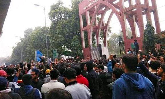 CAB के विरोध में राजधानी दिल्ली में सड़कों पर उतरे लोग