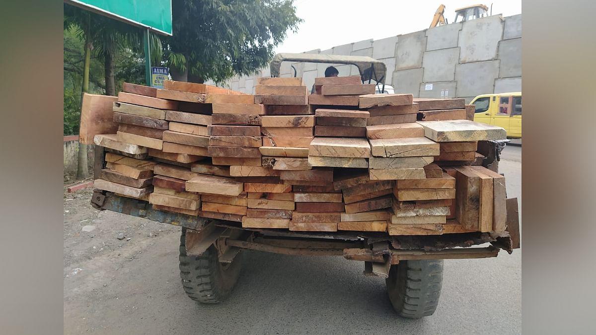 पकड़ी गयी अवैध लकड़ी से भरी ट्राली