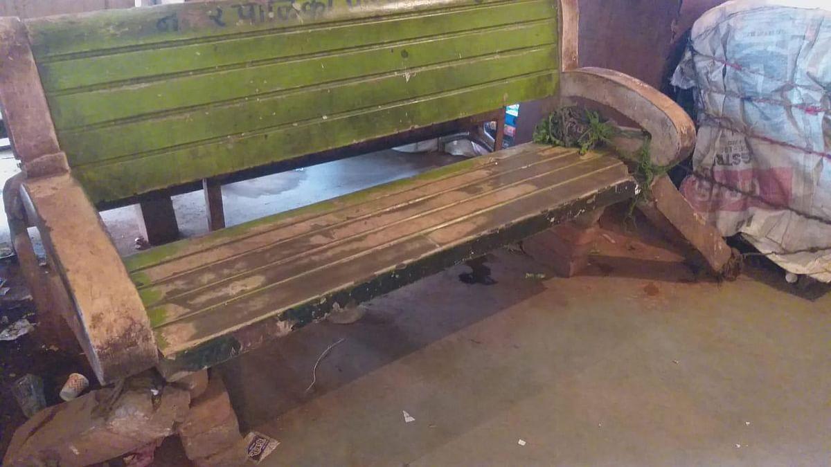 जर्जर होकर बिखर गई कुर्सियां