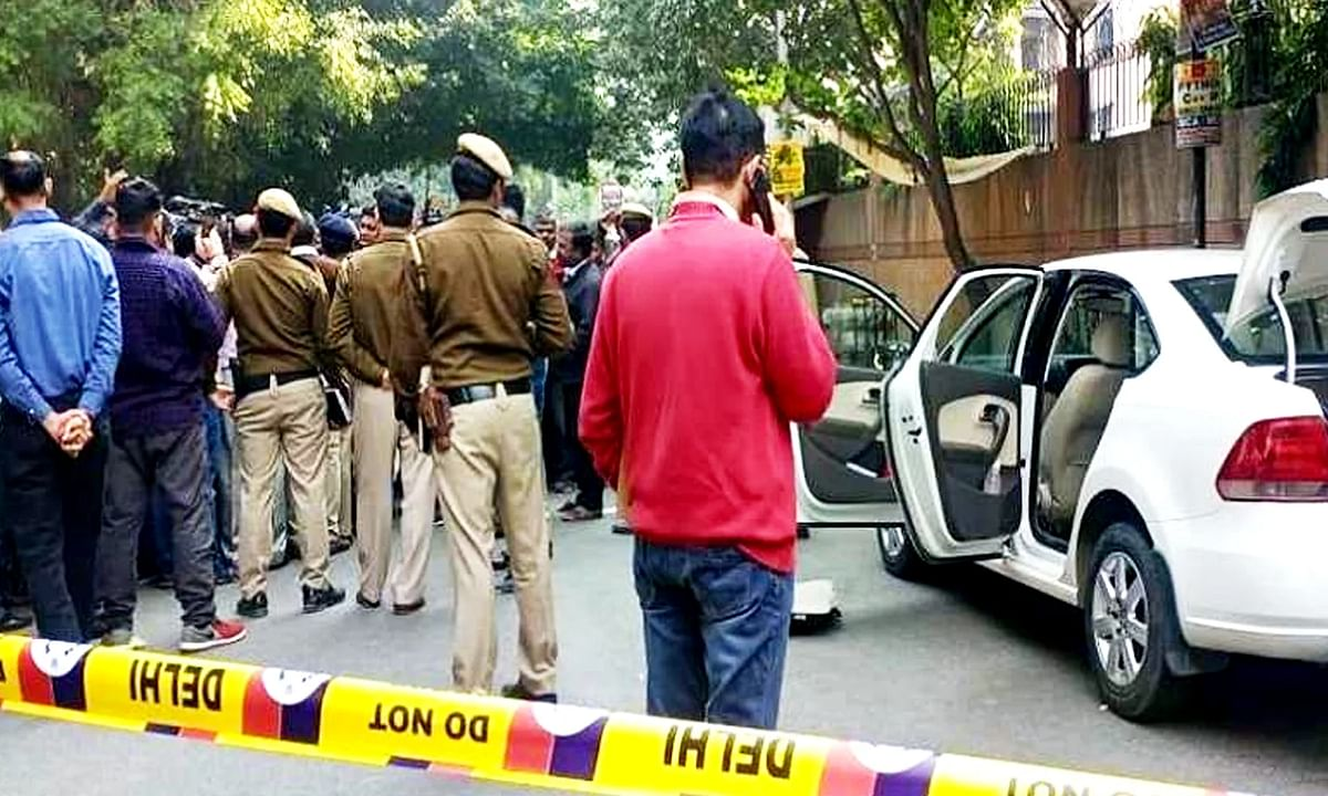 दिल्ली: कार में मिले 2 संदिग्ध शव, हत्या या आत्महत्या...