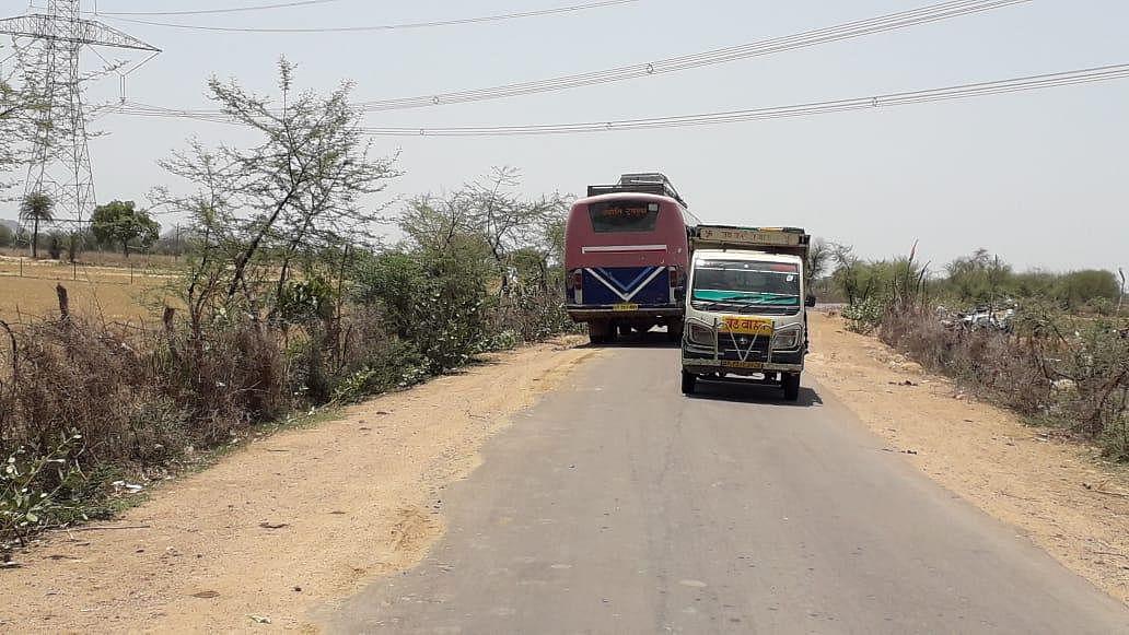 टीला-गर्रोली मार्ग से निकल रहे वाहन बने दबंगों की कमाई का जरिया