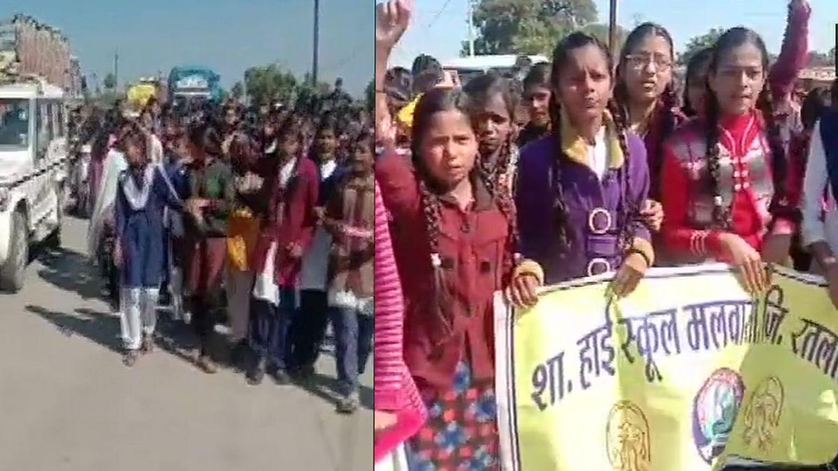 स्कूली छात्रों ने किया सड़कों पर विरोध प्रदर्शन।